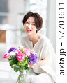 1人 ファッション 花束 美容 ライフスタイル 女性 女 インテリア デザイン 部屋 白 自然光 57703611