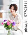 1人 ファッション 花束 美容 ライフスタイル 女性 女 インテリア デザイン 部屋 白 自然光 57703614