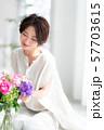 1人 ファッション 花束 美容 ライフスタイル 女性 女 インテリア デザイン 部屋 白 自然光 57703615