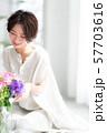 1人 ファッション 花束 美容 ライフスタイル 女性 女 インテリア デザイン 部屋 白 自然光 57703616