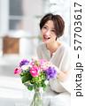 1人 ファッション 花束 美容 ライフスタイル 女性 女 インテリア デザイン 部屋 白 自然光 57703617