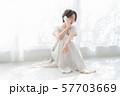 1人 ファッション スマホ 美容 ライフスタイル 女性 女 インテリア デザイン 部屋 白 自然光 57703669