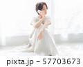 1人 ファッション スマホ 美容 ライフスタイル 女性 女 インテリア デザイン 部屋 白 自然光 57703673