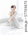 1人 ファッション スマホ 美容 ライフスタイル 女性 女 インテリア デザイン 部屋 白 自然光 57703675