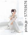 1人 ファッション スマホ 美容 ライフスタイル 女性 女 インテリア デザイン 部屋 白 自然光 57703676