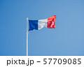 風になびくフランスの国旗 57709085