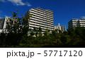 郊外の住宅マンション 57717120