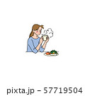 暖かい朝食を食べる女性 57719504