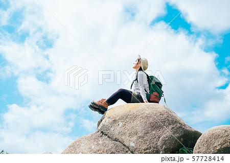 登頂した若い女性 57728414