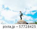 登頂した若い女性 57728425