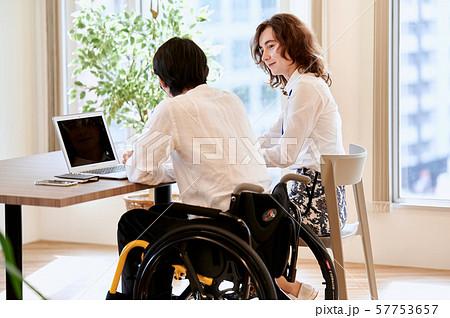 車椅子 ビジネス 二人 57753657