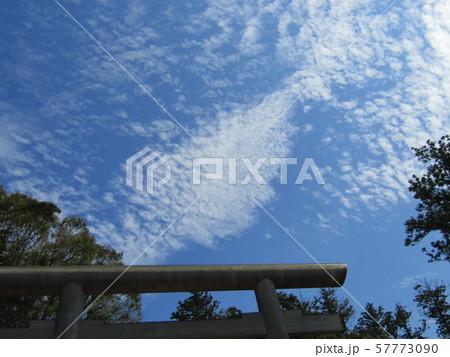 九月の青空と白い雲 57773090
