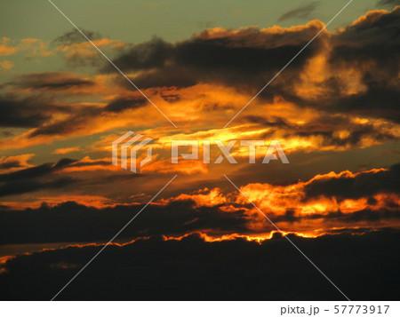 もうすぐ秋のダイヤモンド富士が見られる稲毛海岸の夕焼け 57773917