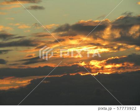 もうすぐ秋のダイヤモンド富士が見られる稲毛海岸の夕焼け 57773922