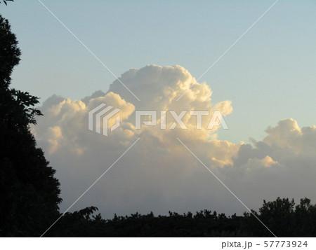 入道雲が夕日に照らされてオレンジ色に輝いています 57773924