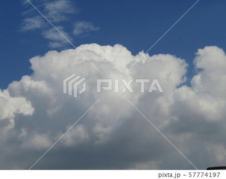 九月の青空と白い雲 57774197
