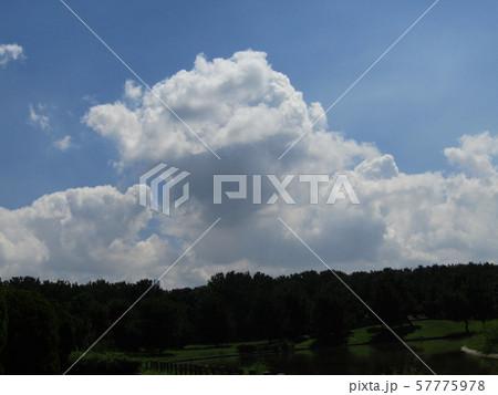 九月の青空と白い雲 57775978