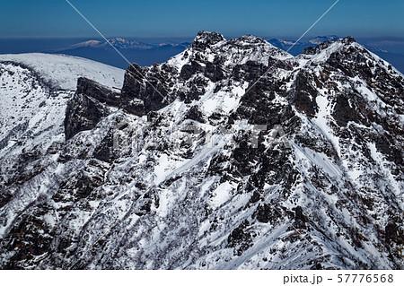 八ヶ岳連峰・赤岳の登りから見る横岳の岩峰 57776568