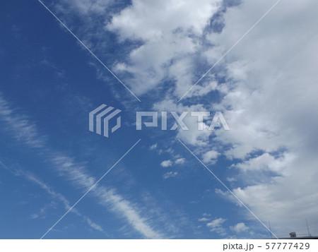 九月の青空と白い雲 57777429