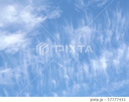 九月の青空と白い雲 57777431