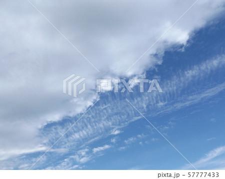 九月の青空と白い雲 57777433