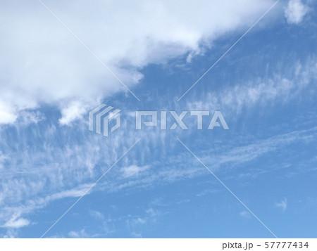 九月の青空と白い雲空 57777434