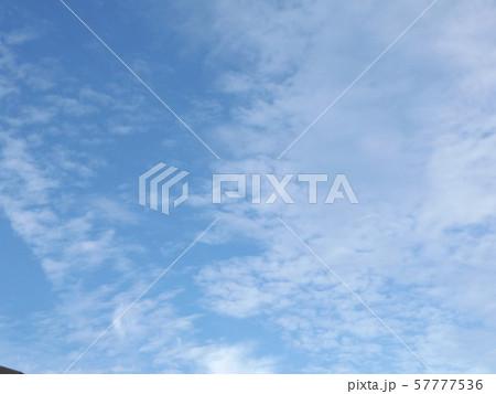 九月の青空と白い雲 57777536