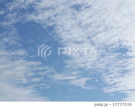 九月の青空と白い雲 57777539