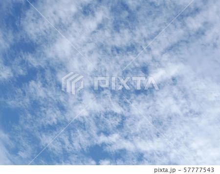 九月の青空と白い雲 57777543