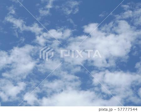 九月の青空と白い雲 57777544