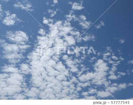 九月の青空と白い雲 57777545