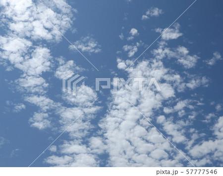 九月の青空と白い雲 57777546