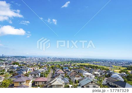 郊外から眺める街並み 57797329