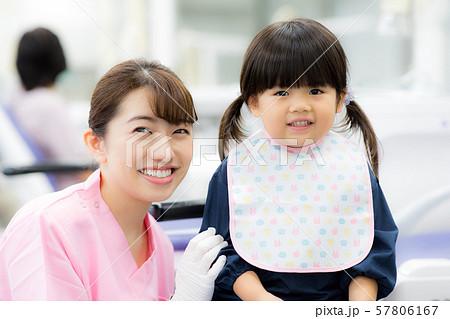 歯科衛生士さんと子供 57806167