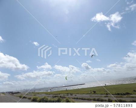 九月の青空と白い雲 57811893