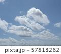 九月の青空と白い雲 57813262