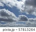九月の青空と白い雲 57813264