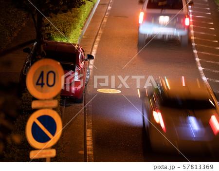 日本の横浜都市景観 道路わきに止める車(車の左に閉まったP出入口あり)=横浜市内で 57813369
