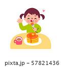 おやつを食べる女の子 57821436