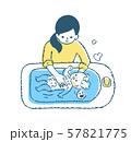 赤ちゃんをお風呂に入れるママ 57821775