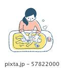 赤ちゃんをお風呂に入れるママ 57822000