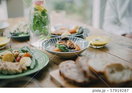 食卓 料理 57919287