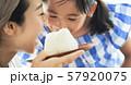 親子 母親 娘 食事 57920075