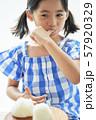 女の子 子供 食べる 57920329