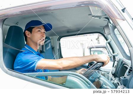 ドライバー 男性 トラック 宅配 運送イメージ 57934213