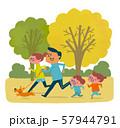 秋の公園をジョギングするファミリー 57944791