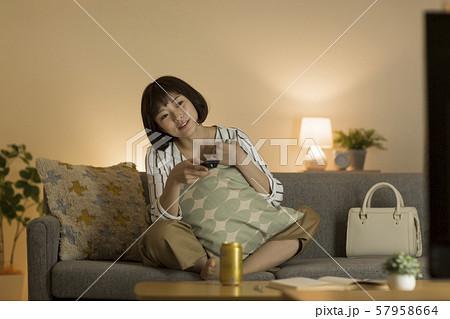 若い女性 テレビ 57958664
