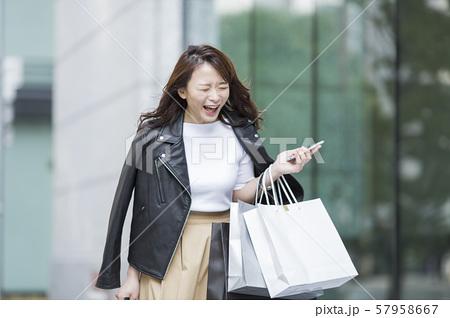 若い女性 ショッピング 57958667