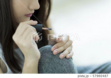 若い女性 ネイル 57960487