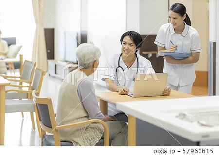介護施設 シニア女性 医師 57960615